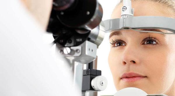 Augendiagnose - Gerät mit Patientin
