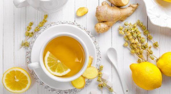 Teetasse mit Zitronen, Kamillenblueten und Ginseng